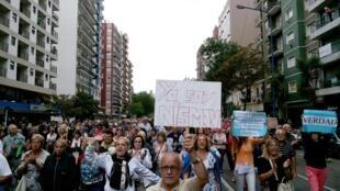 """Participantes da 'Marcha do Silêncio', que tomou conta das ruas de Buenos Aires nesta quarta-feira (18), carregam cartazes """"Eu sou Nisman""""."""