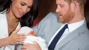 O príncipe Harry et Megah, a duquesa de Sussex, apresentaram o filho ao público nesta quarta-feira, 8 de maio de 2019, em Londres.