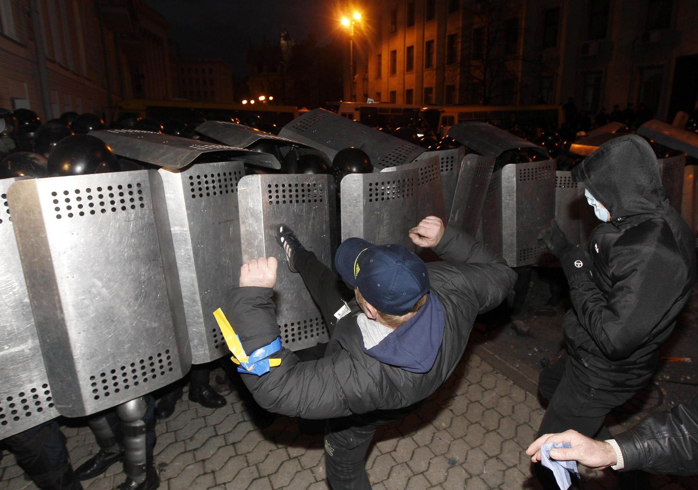 Столкновения между митингующими и милицией