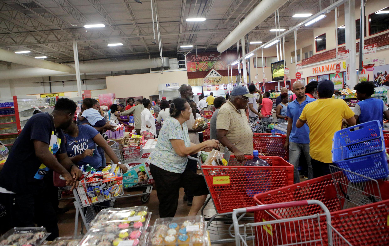 Compras de último momento en Kingston horas antes de la llegada a Jamaica del huracán Matthew.