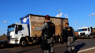 Des militaires brésiliens tentent de débloquer une l'autoroute BR-04 à Luziânia, paralysée par les routiers en grève, le 26 mai 2018.