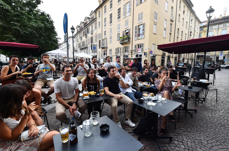 Italianos assistem a jogo de futebol em bar de Turim, no norte da Itália. (23/07/2020)