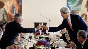 O ministro das Relações Exteriores brasileiro, Antônio Patriota (e) brinda nesta quarta-feira, 14 de agosto de 2013, com o secretário de Estado americano John Kerry, no Palácio do Itamaraty, em Brasília.