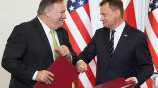 Ngoại trưởng Mỹ Mike Pompeo (T) ký thỏa thuận về sự hiện diện quân sự Mỹ ở Ba Lan với bộ trưởng Quốc Phòng Ba Lan Mariusz Blazczak, Varsava, ngày 15/08/2020.