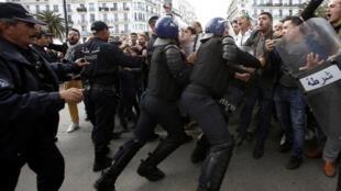 Polícia tenta conter manifestantes em Argel na oitava sexta-feira consecutiva de protestos.