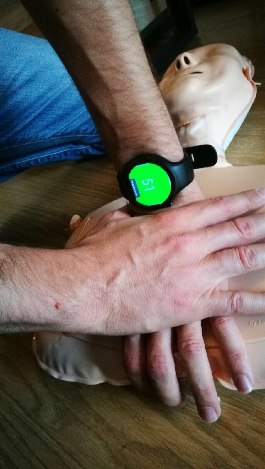 La montre connectée de massage cardiaque.