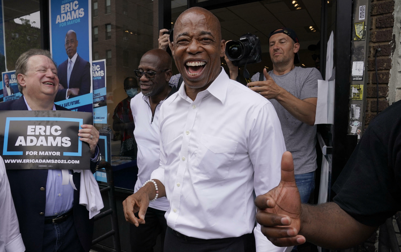 El precandidato demócrata a la alcaldía de Nueva York Eric Adams sonríe en un evento en Brooklyn el 21 de junio de 2021, en la víspera de las elecciones primarias
