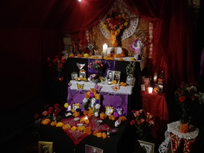 Altar de los colectivos Ixteca y Latir por México, París, 2018.
