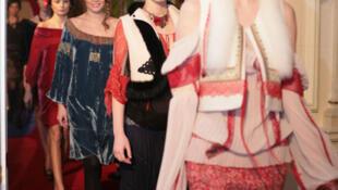 Un défilé de mode Valentina Vidrascu à Bucarest. Des jeunes filles roumaines défilent dans les locaux de l'ambassade de France en Roumanie