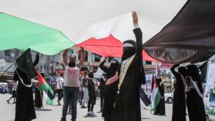 Unos palestinos se manifiestan contra los planes de Israel de anexión de Cisjordania el 29 de junio de 2020 en Rafah, en el sur de la Franja de Gaza
