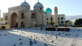 Мечеть-мавзолей шейха Муслихиддина в Худжанде, на севере Таджикистана.