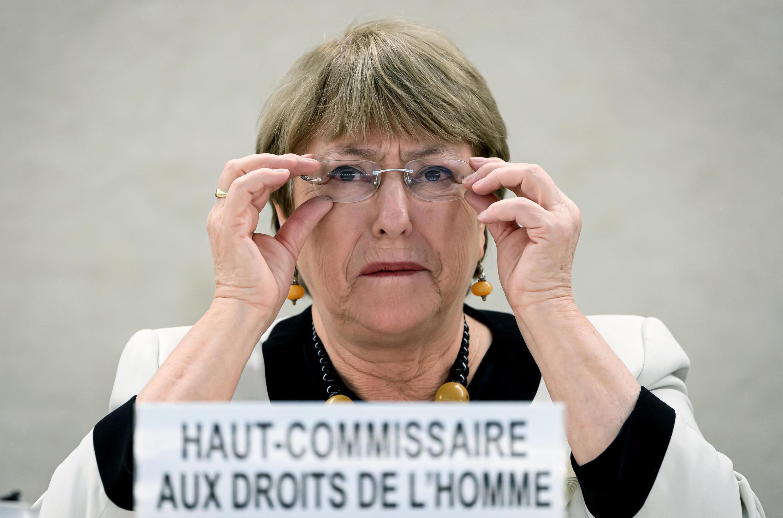 នាយិកាឧត្តមស្នងការទទួលបន្ទុកសិទ្ធមនុស្ស អ្នកស្រី Michelle Bachelet  ព្រមានខ្លាំងៗថា «រដ្ឋាភិបាលទាំងឡាយ មិនត្រូវប្រើអំណាច ដែលបានមកពីច្បាប់អាសន្នជាតិ សម្រាប់ជាអាវុធ បង្ខំក្រុមប្រឆាំងឱ្យបិទមាត់, សម្រាប់ត្រួតត្រាប្រជាជន ឬដើម្បីរក្សាអំណាចរបស់ខ្លួននោះឡើយ។»