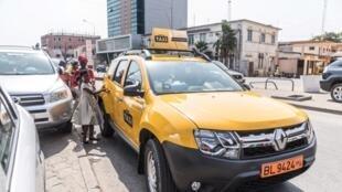 Bénin Taxi est un projet de l'Etat béninois. Les conducteurs sont des artisans. Un contrat les oblige à verser 6000 FCFA par jour pendant 4 ans. A la fin, ils deviennent propriétaires.