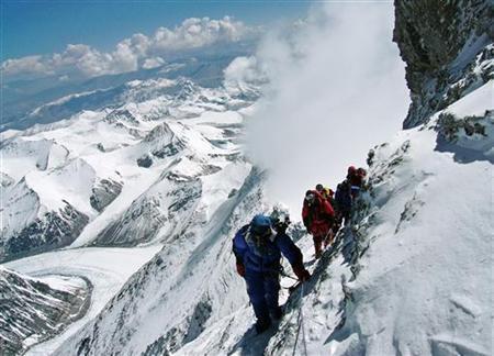 L'alpiniste japonais Takako Arayama, âgé de 70 ans, mène d'autres alpinistes sur le chemin menant au sommet de l'Everest, le 17 mai 2006.