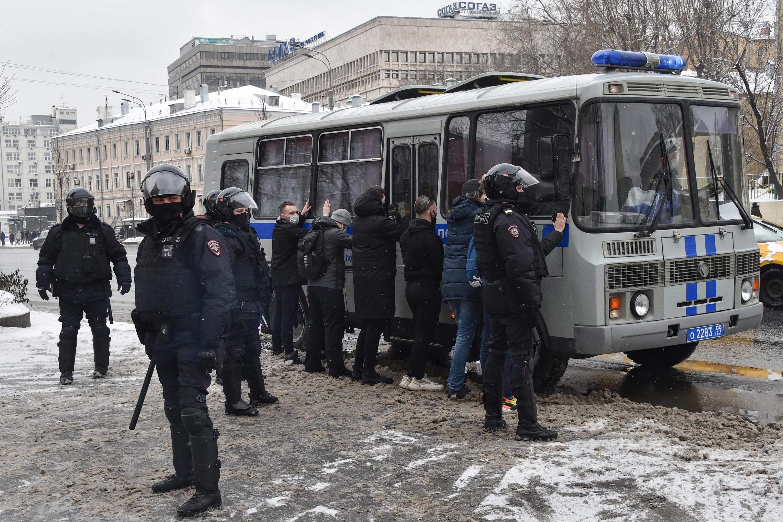 Задержанные у автозака в Москве, 31 января 2021.