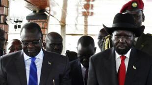 Riek Machar (G.) et Salva Kiir (d.), ici lors d'une cérémonie à Juba, au Soudan du Sud, en juillet 2013.