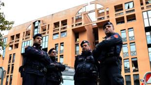 Le 15 novembres 2014. Des policiers se tiennent devant le centre pour réfugiés de Tor Sapienza, où de nombreuses violences ont éclaté depuis ces dernières semaines.
