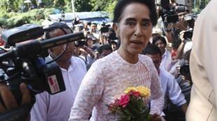 Aung San Suu Kyi a su llegada a la sede de su partido después de las elecciones, Rangún, 9 de noviembre de 2015.