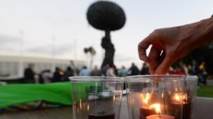 Des bougies sont allumées par des antinucléaires pour commémorer le 68e anniversaire du bombardement d'Hiroshima.