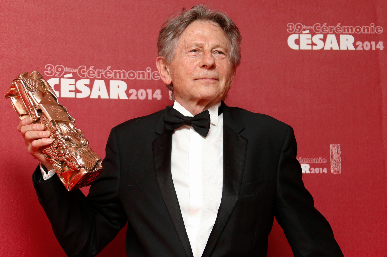 """O diretor de cinema Roman Polanski com o troféu de Melhor Direção por """"Venus in Fur"""", na cerimônia do César 2014."""