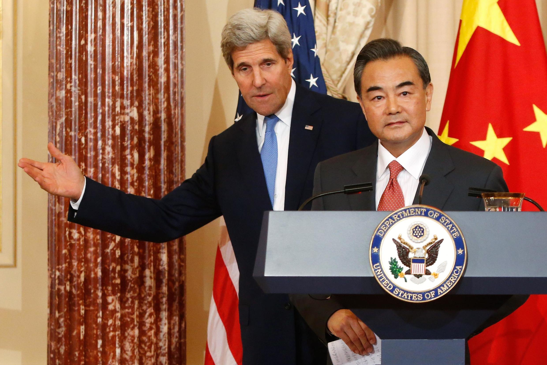 Le secrétaire d'Etat américain John Kerry et son homologue chinois Wang Yi, lors d'une conférence de presse au département d'Etat à Washington, le 1er octobre 2014.