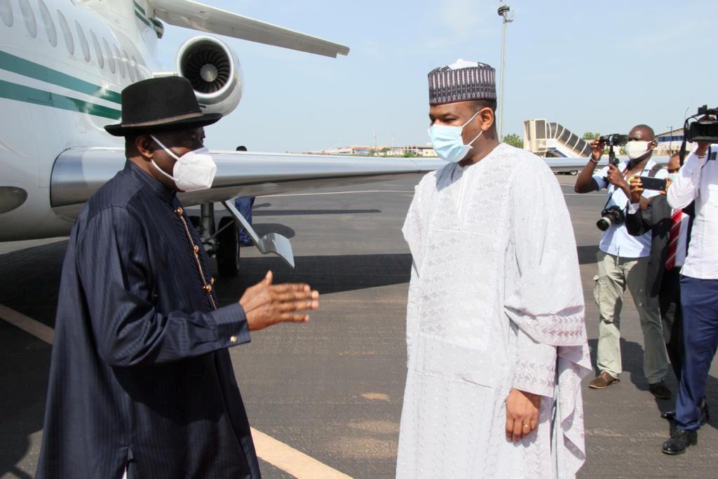Mpatanishi wa ECOWAS, Rais wa zamani wa Nigeria Goodluck Jonathan na Waziri Mkuu wa Mali, Boubou Cissé, ambaye upinzani unaomba ajiuzulu.