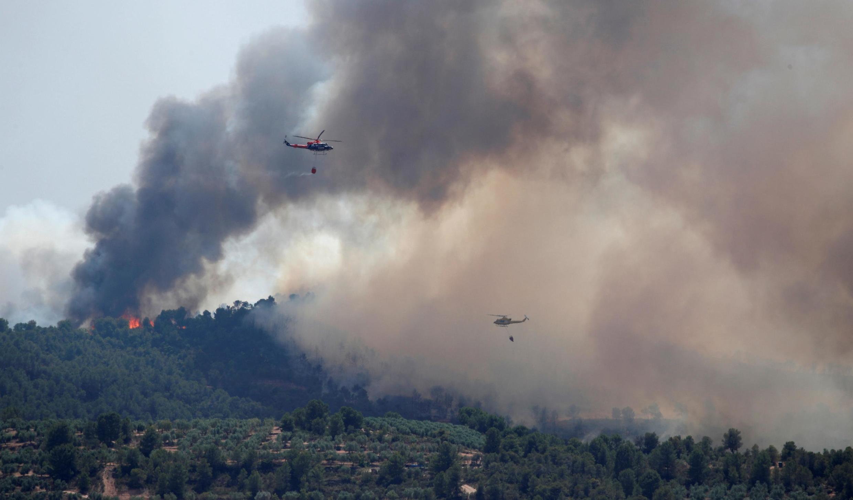 Helicópteros tentam conter o fogo nos arredores de La Torre del Espanyol, na Catalunha