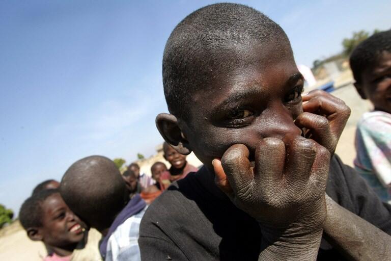 Crianças angolanas numa aldeia que estava rodeada de minas deixadas por 27 anos de guerra. Aldeia de Liambanbo, a 40 quilómetros de Huambo. 7 de Julho de 2005.