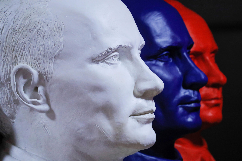 Tượng bán thân Vladimir Putine theo mầu cờ Nga.