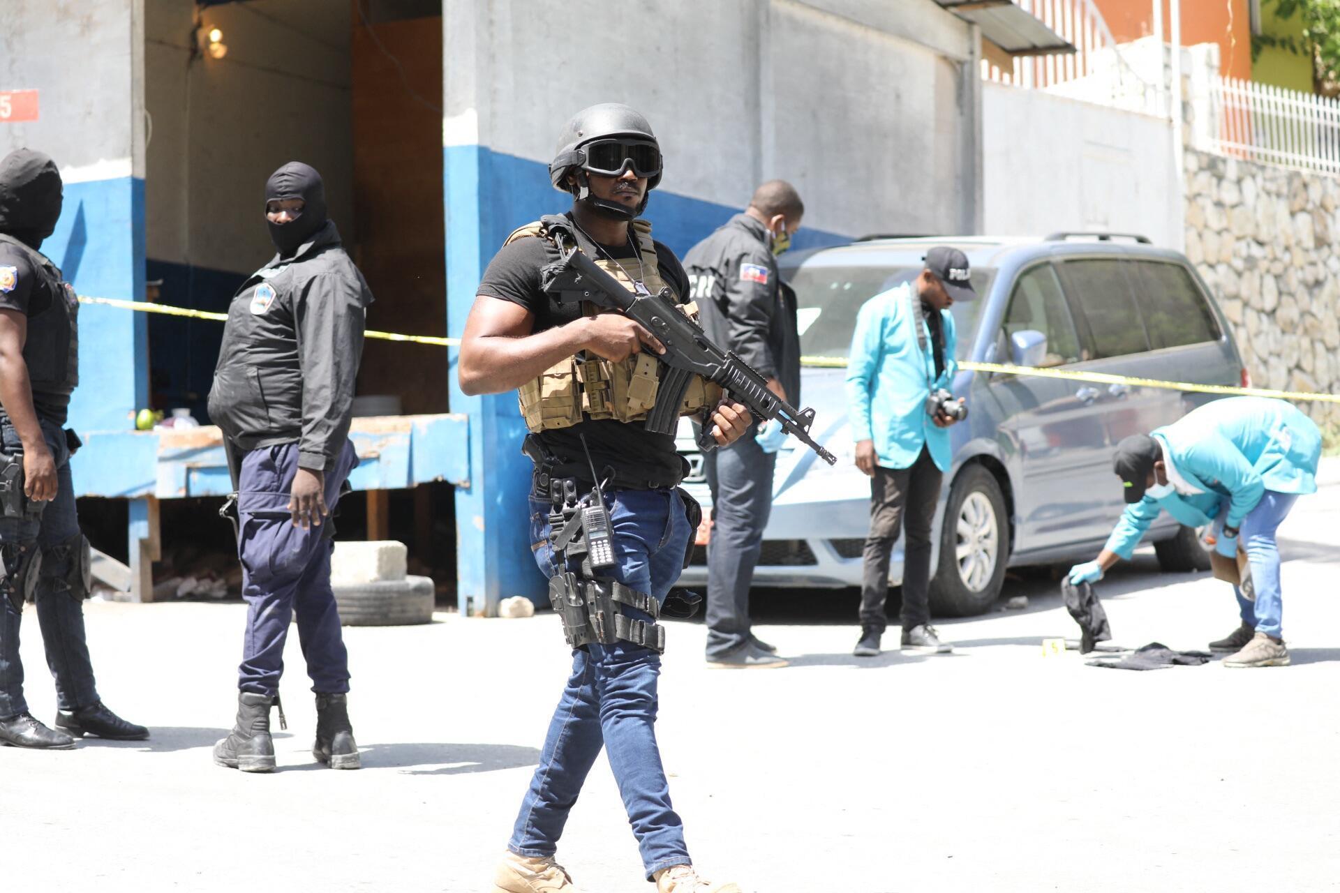 Polícia junto à residência do Presidente.