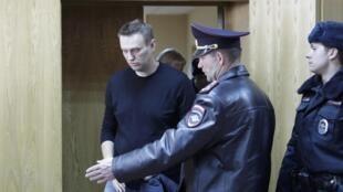 Après une nuit en détention, Alexeï Navalny a été conduit dans un tribunal de Moscou, lundi 27 mars 2017.