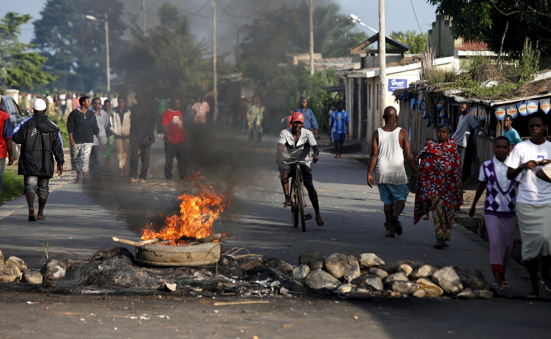 Nouvelles barricades dans différents quartiers de Bujumbura, Burundi, le 13 mai 2015.