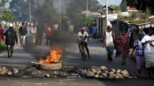 Barricadas em diferentes bairros de Bujumbura, neste 13 de Maio de 2015.