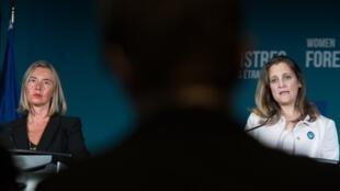លោកស្រីប្រមុខការទូតសហភាពអឺរ៉ុប Federica Mogherini (ឆ) និងសមភាគីកាណាដា Chrystia Freeland (ស) ក្នុងជំនួបកំពូលនៅទីក្រុងម៉ុងរ៉េអាល់ ថ្ងៃទី ២២-២៣កញ្ញា ២០១៨