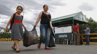 Venezolanas traen productos desde Cúcuta, Colombia.