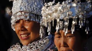 Des représentants de minorités ethniques chinoises en costumes traditionnels aux abords du Palais du Peuple, le 14 novembre 2012.