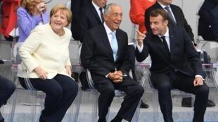 A chanceler alemã, Angela Merkel, o Presidente português, Marcelo Rebelo de Sousa, e o Presidente francês, Emmanuel Macron. Paris, 14 de Julho de 2019.