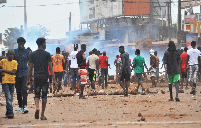Waandamanaji wakiweka vizuizi kwenye barabara wakati wa makabiliano na polisi wa Guinea, Conakry tarehe 21 Novemba.