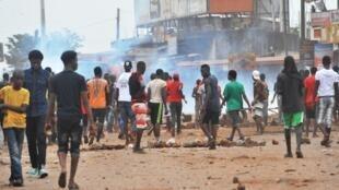 Des jeunes manifestants installent des barricades sur la route lors d'affrontements avec la police guinéenne, à Conakry, novembre 2017.