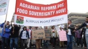 Manifestation pour la réforme agraire en Afrique du Sud. Pour Surplus People Project (SPP), la réforme agraire post-apartheid mise en place est un échec.