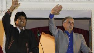 Le président bolivien Evo Morales salue la foule avec le vice-président Alvaro Garcia (à droite), le 6 décembre 2009.