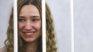 Дарья  Чульцова и ее коллега в зале суда содержится в клетке