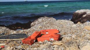 Des gilets de sauvetage rejetés par la mer Méditerranée sur le rivage en Libye, près de la ville côtière de Zouara, le 4 juin 2016.