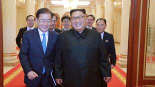 Đặc phái viên Hàn Quốc nói chuyện với lãnh đạo Bắc Triều Tiên Kim Jong Un (P) trong cuộc gặp tại Bình Nhưỡng. Ảnh do KCNA công bố ngày 06/09/2018