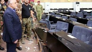 Le Premier ministre irakien, Haïder al-Abadi, constate les dégâts après l'occupation du Parlement par les manifestants sadristes, le 1er mai 2016.