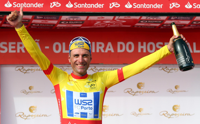 O espanhol Raúl Alarcón da equipa portuguesa W52-FC Porto venceu a quarta etapa e continua com a camisola amarela.