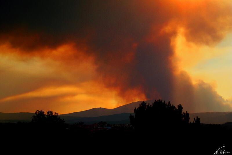 Os incêndios florestais são comuns durante o verão português, a imagem acima mostra um incêndio perto de Chaves, no norte do país, em agosto de 2011.
