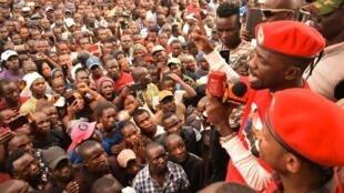Mwanasiasa wa upinzani nchini Uganda, Bobi Wine akihutubia mkutano wa kisiasa katika eneo bunge la Embakasi Mashariki Jijini Nairobi  nchini kenya