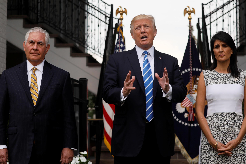 Le président américain Donald Trump, avec son secrétaire d'Etat Rex Tillerson et son ambassadrice à l'ONU Nikki Haley, le 11 août 2017 à Bedminster, New Jersey.