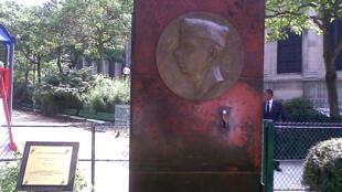 El Medallón Antoine y Consuelo de Saint-Exupéry en la Plaza de El Salvador en París.